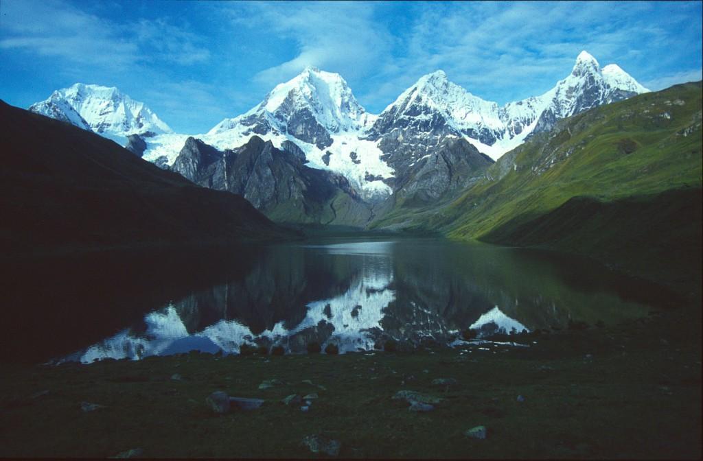 Bjergkæden Cordillera Huayhuash set fra østsiden af trekket