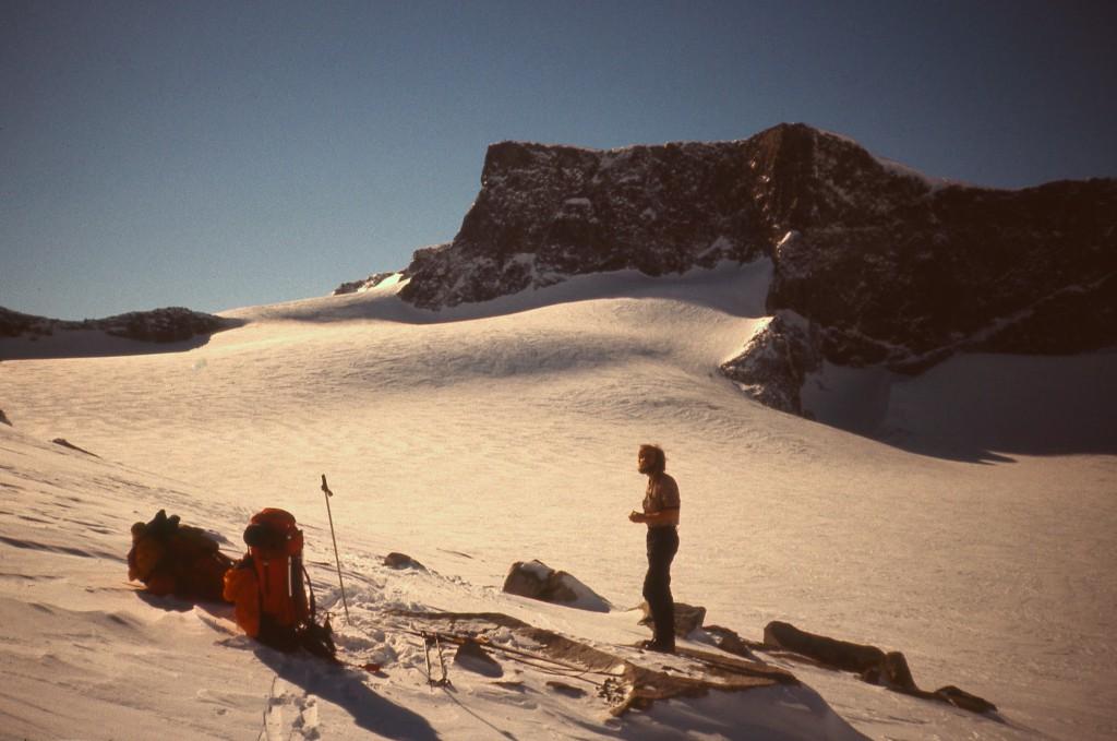 Skarstind i Jotunheimen på en smuk vinterdag. Vi havde snehule under Skarstinds stejle klippevæg